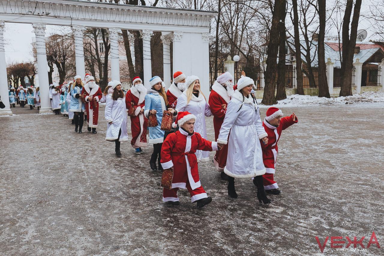 Вінницькі Морози та Снігурки пішли в люди з подарунками