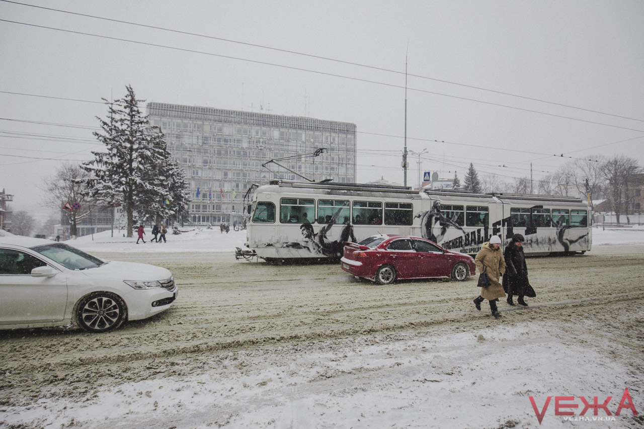 Негода у Вінниці затримається: комунальники працюють, а люди травмуються