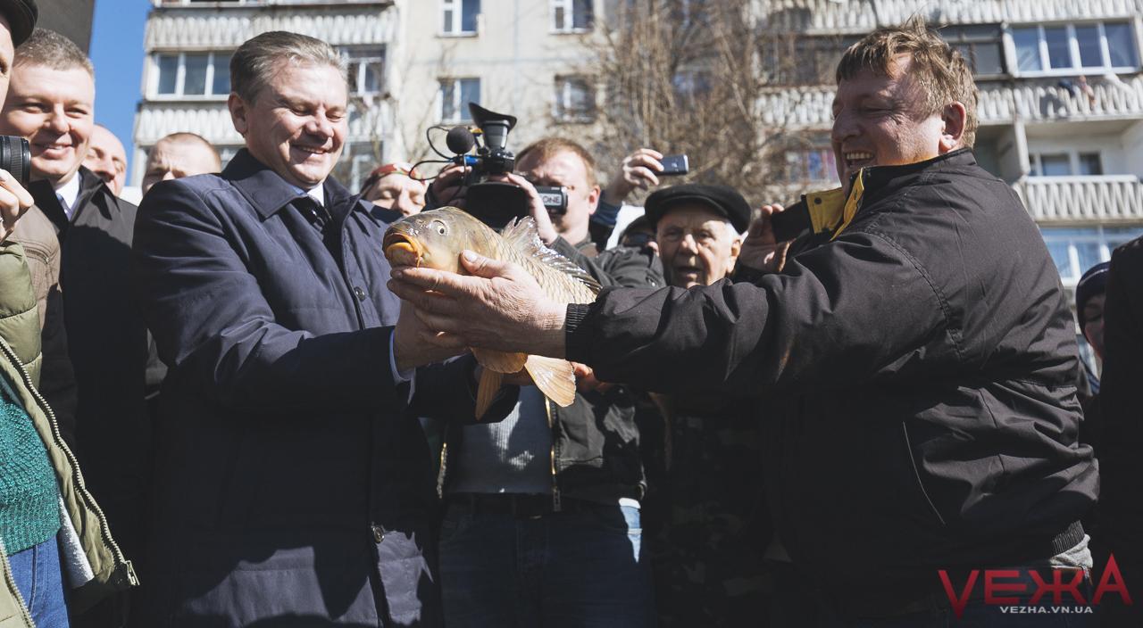 """""""Восени приїдемо на уху"""": у відновлене Тяжилівське озеро сьогодні запустили першу рибу. ФОТО"""