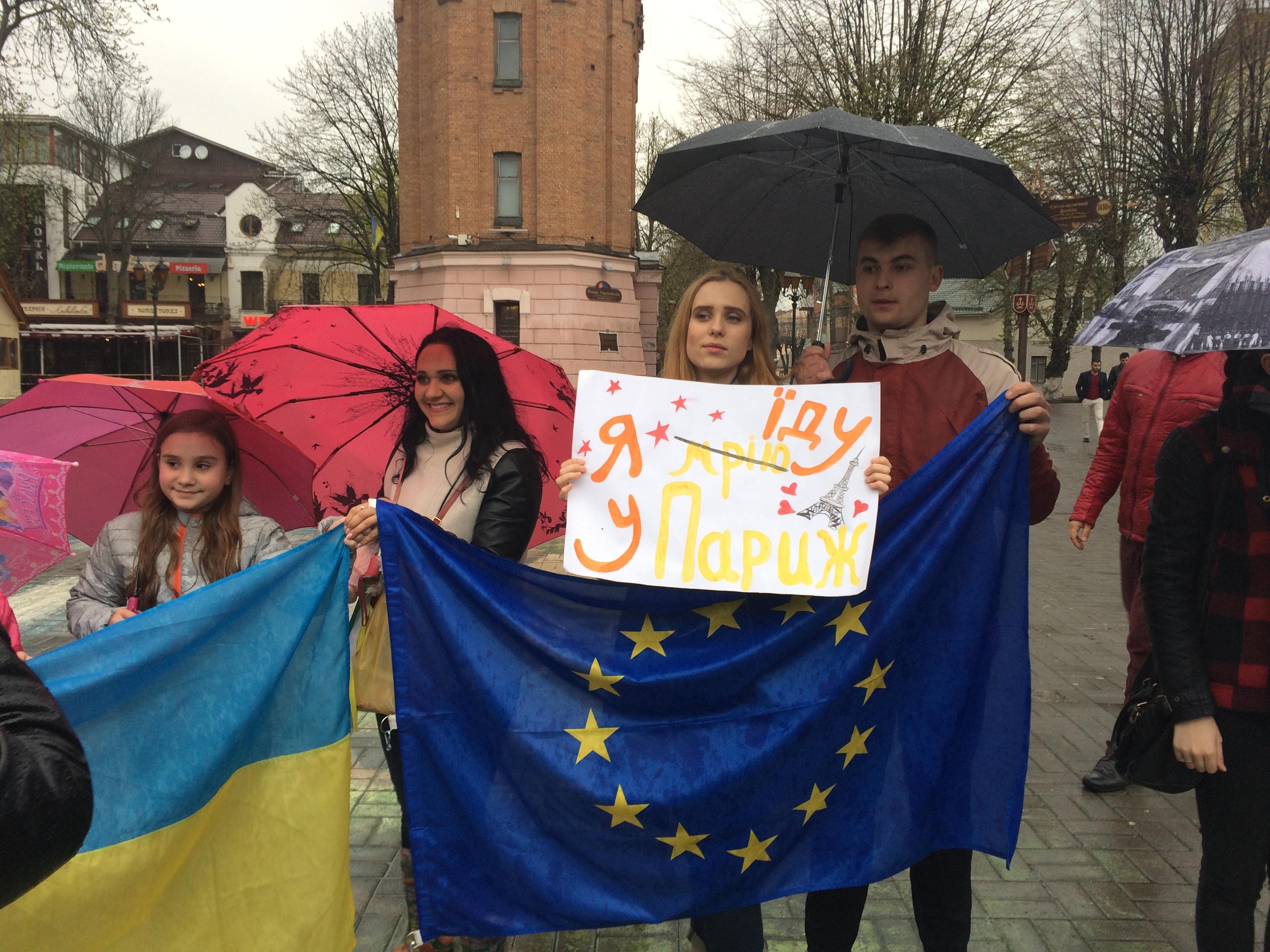 Дощ безвізу не завада: попри зливу біля вежі зібралася молодь святкувати рішення Європарламенту. ФОТО