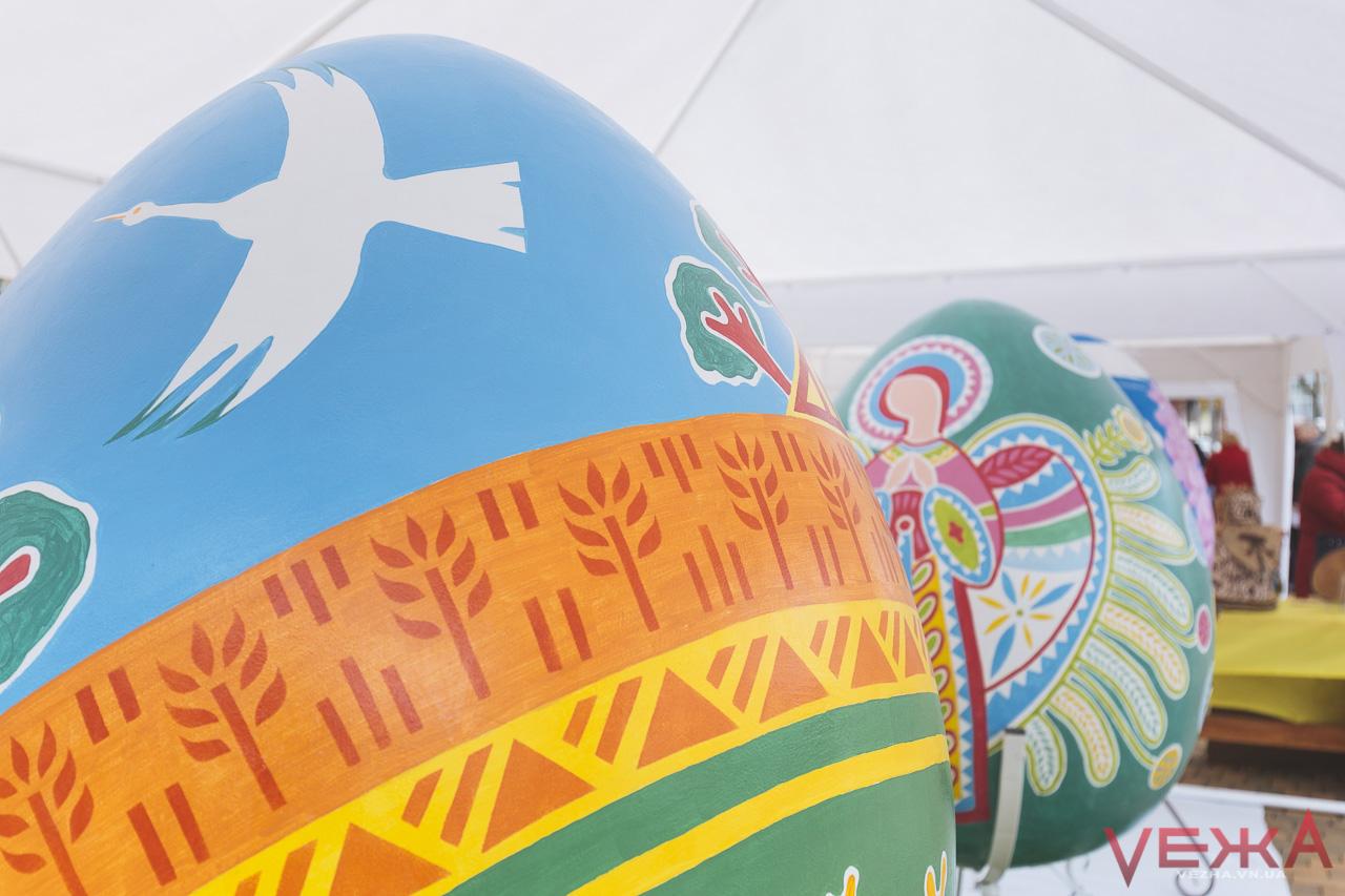 """Мега-яйця на Майдані: у Вінниці розписують велетенські писанки до """"Битви крашанок"""". ФОТО"""