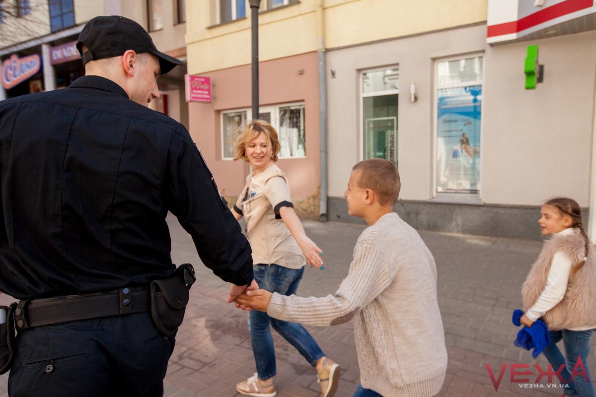 Поліція, волонтери та «діти дощу» влаштували «блакитний пробіг» центром Вінниці. ФОТО