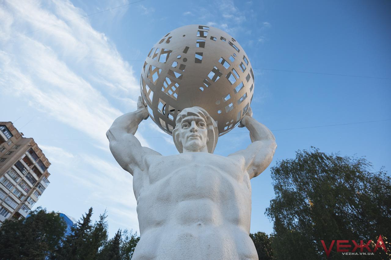 Атлант розправив плечі: на Космонавтів відкрили головну статую. ФОТО
