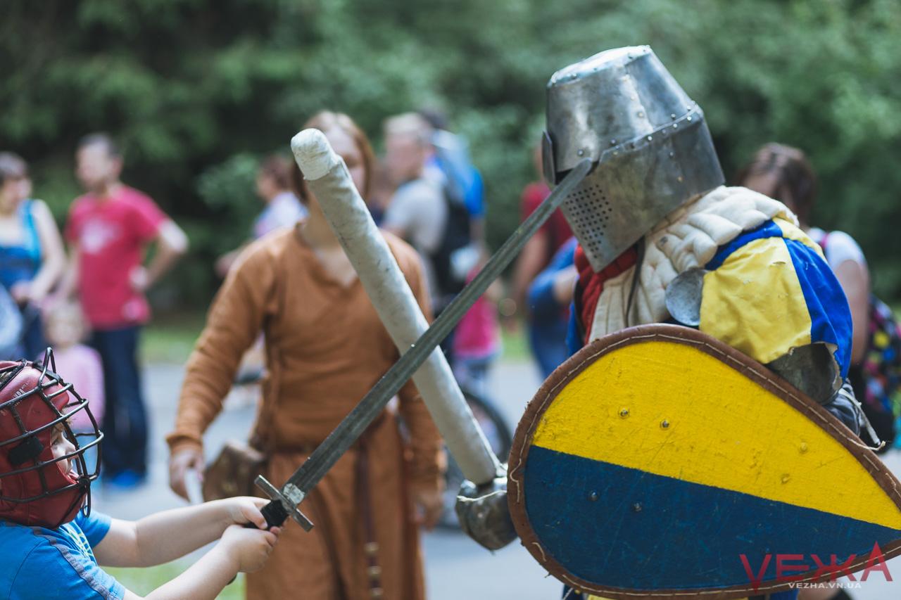 Радіо-Баба Яга, дівчата-лицарі та запуск ракет: вінницький парк продовжує святкувати. ФОТО