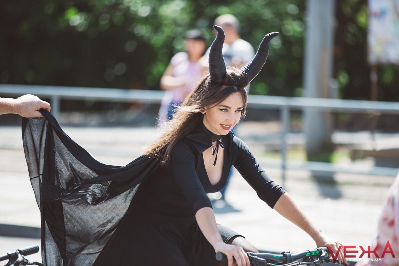 """Чотири Аліси та Малефісента: героїні казок проїхали Вінницею велопарадом """"Леді на велосипеді"""". ФОТО"""