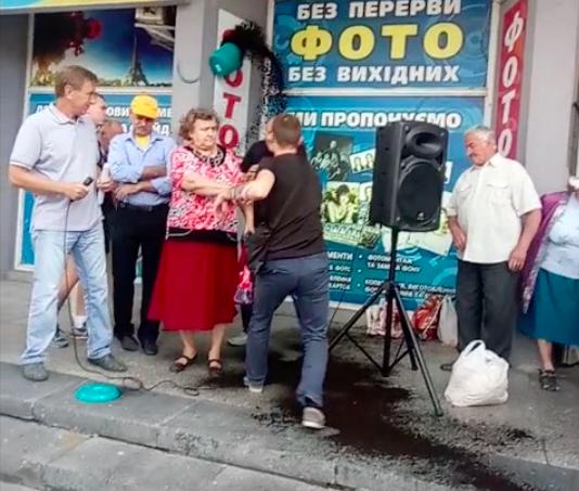 """У Вінниці на мітингу відбулася сутичка: побиті активісти та вікна """"Вінтери"""". ВІДЕО"""