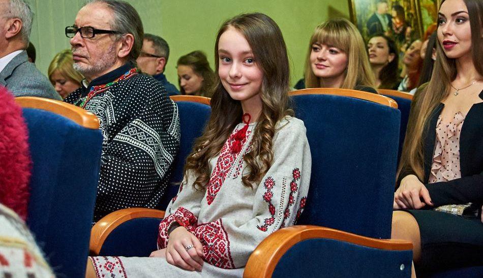 Луїза, що збирала срібло на медалі для бійців: у Вінниці знімуть фільм про 12-річну волонтерку