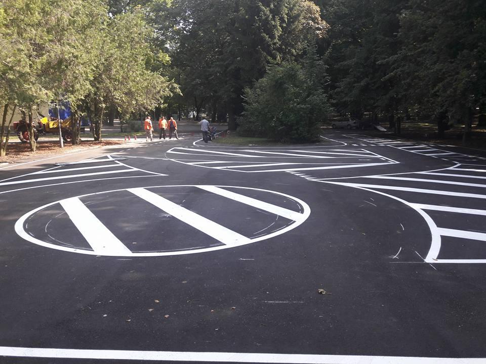 У Центральному парку створюють розмітку для велошколи. ФОТО
