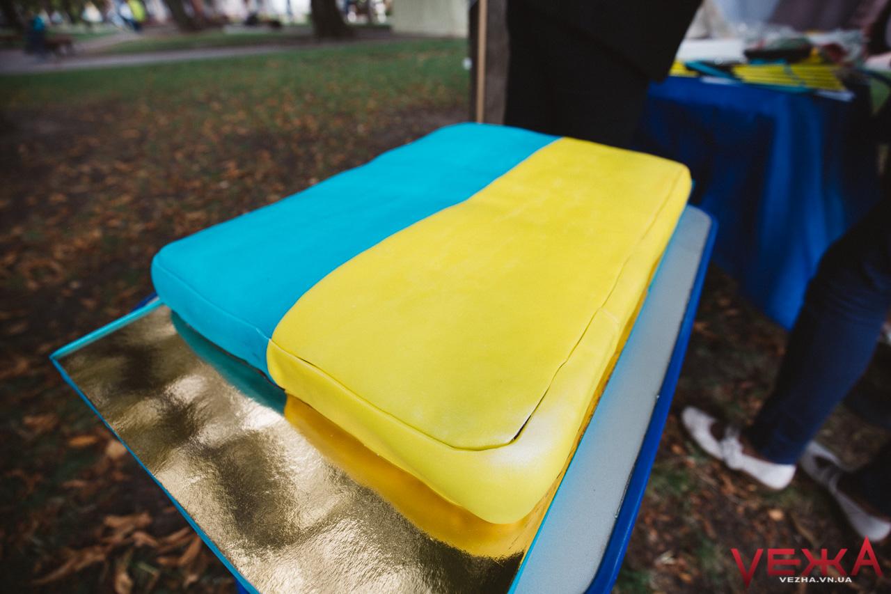 Нехочуха та 10-кілограмовий торт: як біля Вежі смачно відсвяткували День прапора. ФОТО