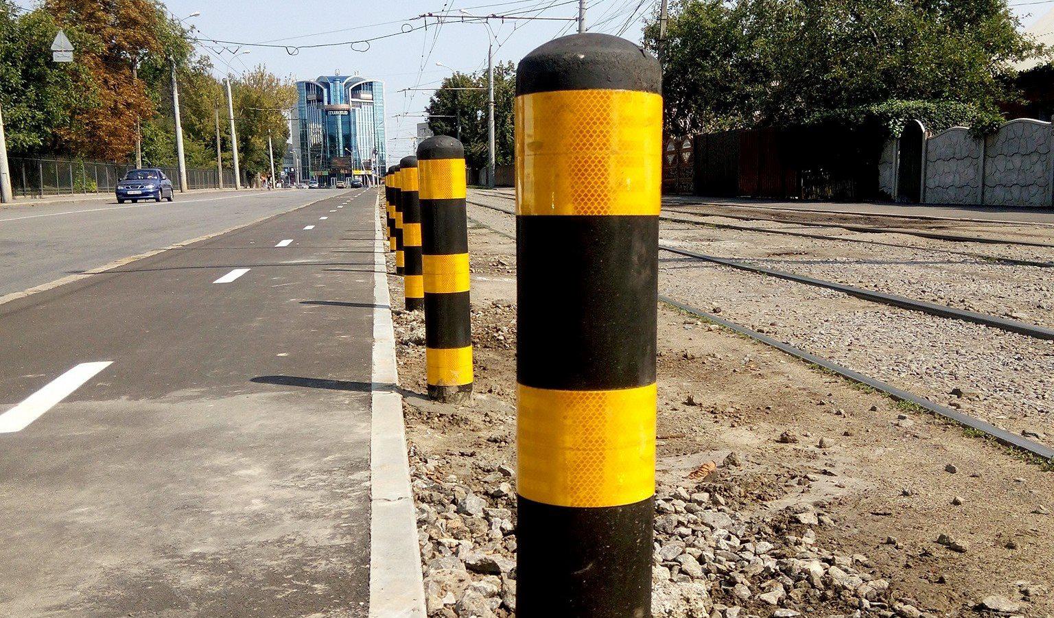 Гумовий захист: у Вінниці в тестовому режимі встановили «стовпчики безпеки» для велосипедистів