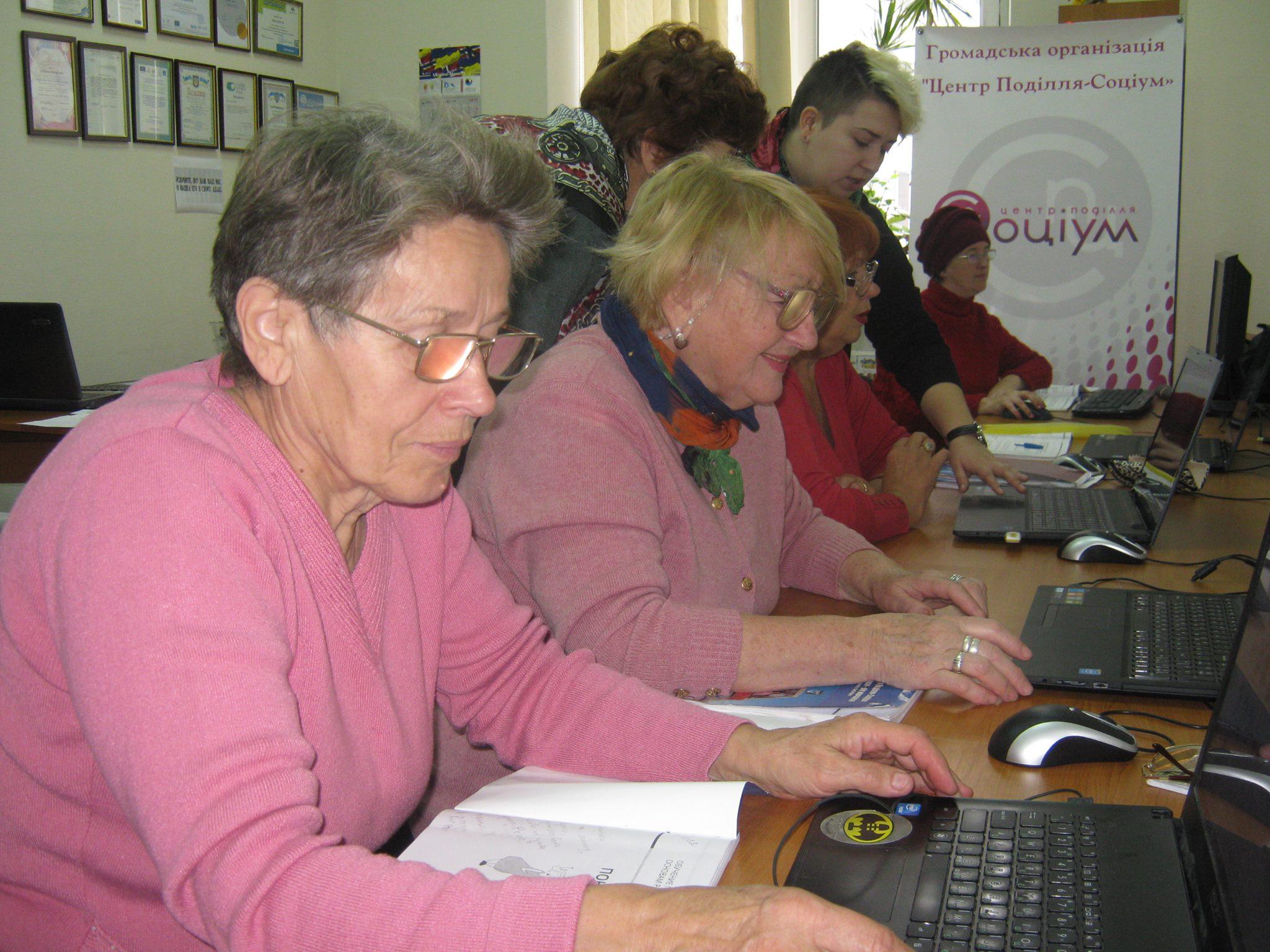 Золотолітки: як у Вінниці реінтегрують старших людей у цифровий світ