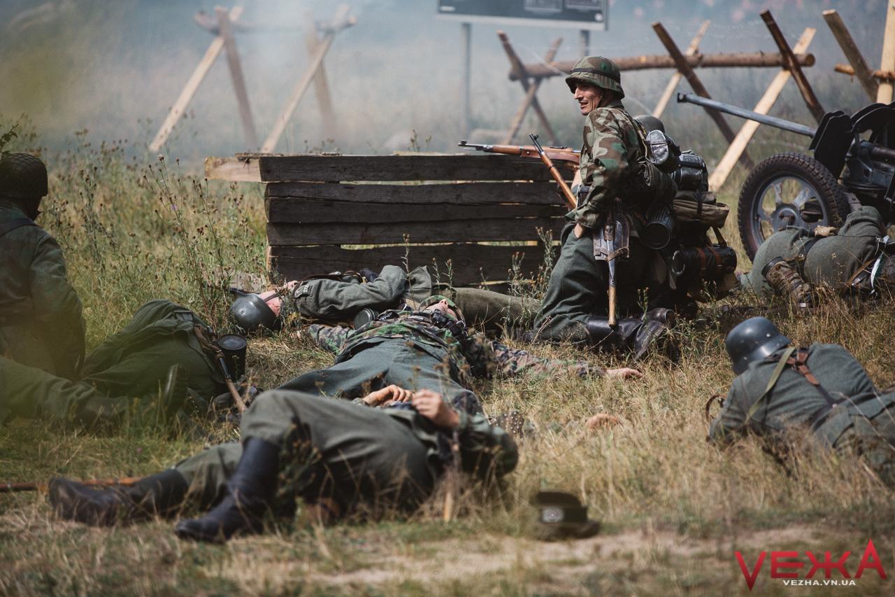 """Не вижив ніхто: на ставці Гітлера відтворили бій між нацистами, УПА та """"червоними"""". ФОТОРЕПОРТАЖ"""