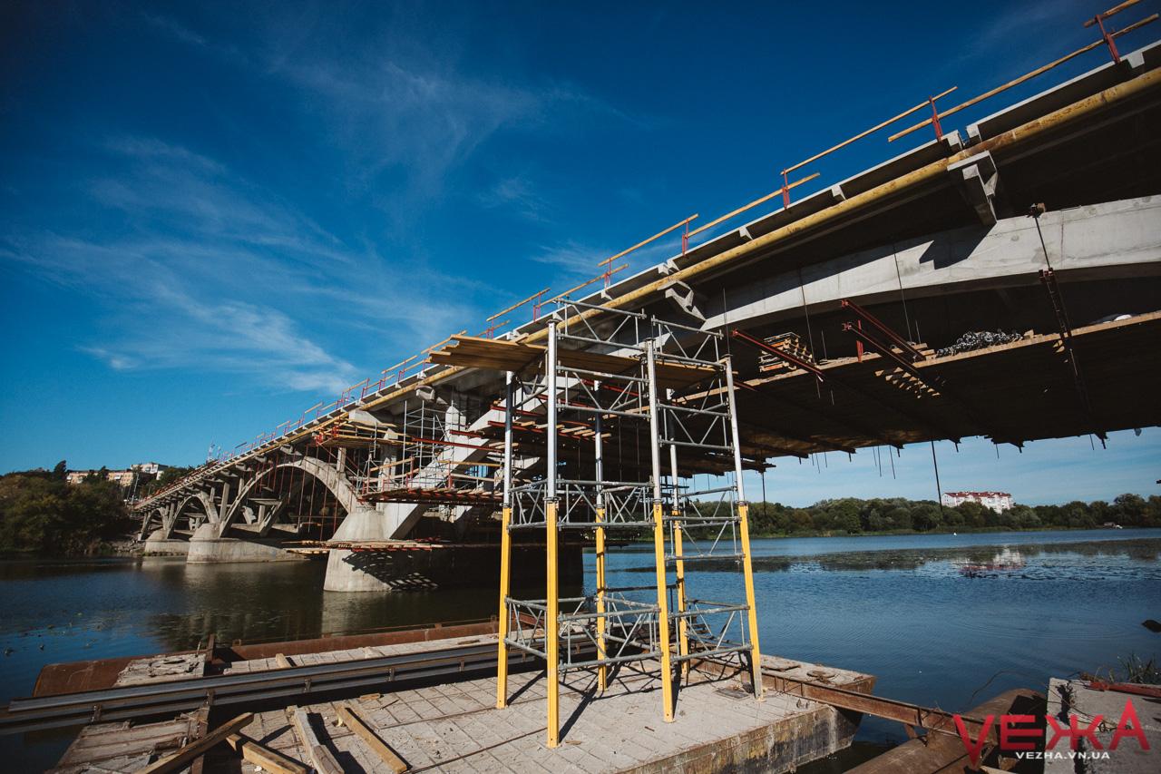 Рух усього транспорту на Київському мосту обіцяють відкрити у жовтні. ФОТО