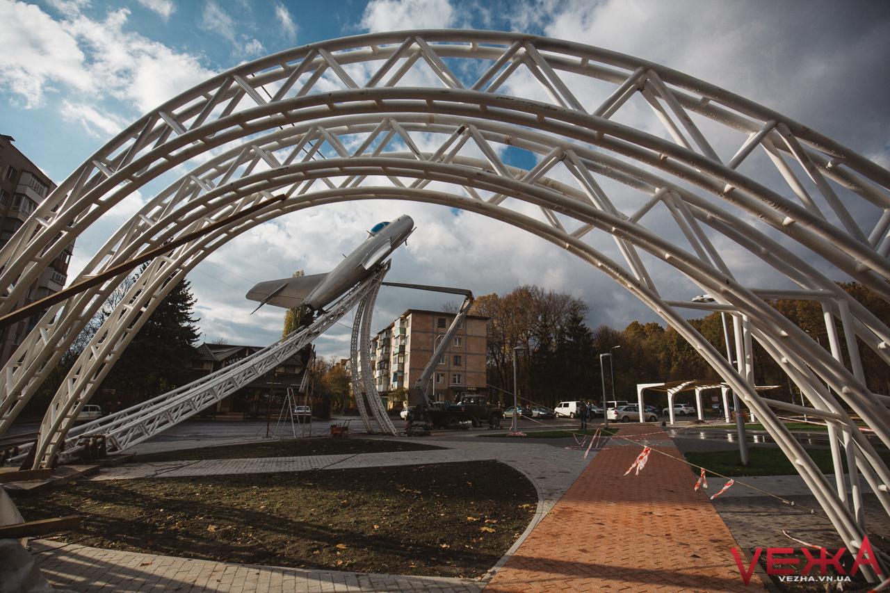 Лишаючи білий слід: на площі Могилка монтують літак на новий постамент
