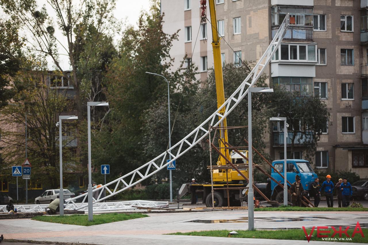 На площі Могилка почали встановлювати постамент для літака. ФОТО