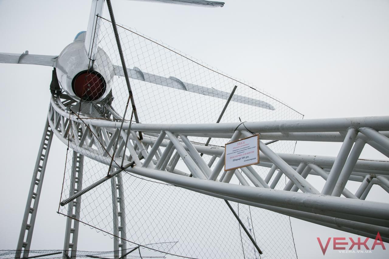 Літак на площі Могилка від екстремалів захистили сіткою. ФОТО