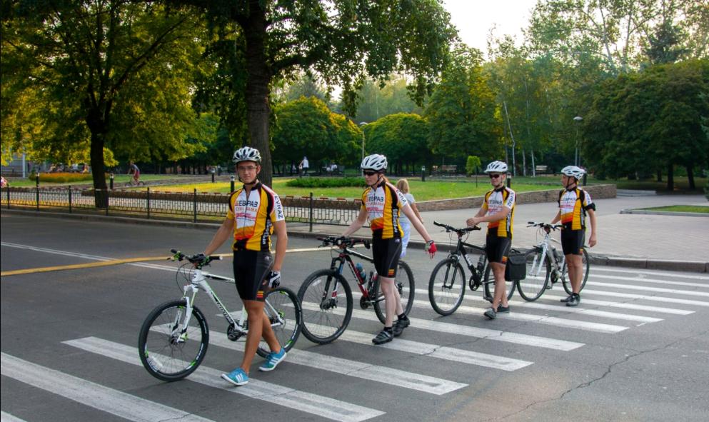 """Не збивайте велосипедиста: у Вінниці ставлять додаткові знаки для водіїв """"двоколісних"""". ФОТО"""
