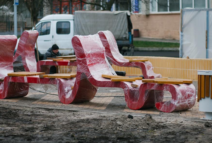 Білі зірки та червоні хвилі: на проспекті Космонавтів з'явилися нові вуличні меблі. ФОТО