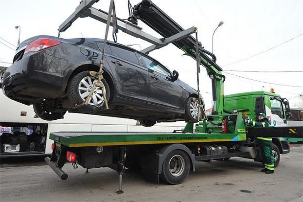 Депутати дозволили забирати автівки горе-паркувальників на евакуаторах: як голосували вінничани