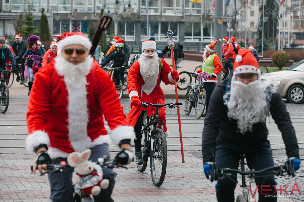 """Двоколісні """"олені"""" та Велоснігурки: як у Вінниці відбувся різдвяний велопарад. ВІДЕО"""