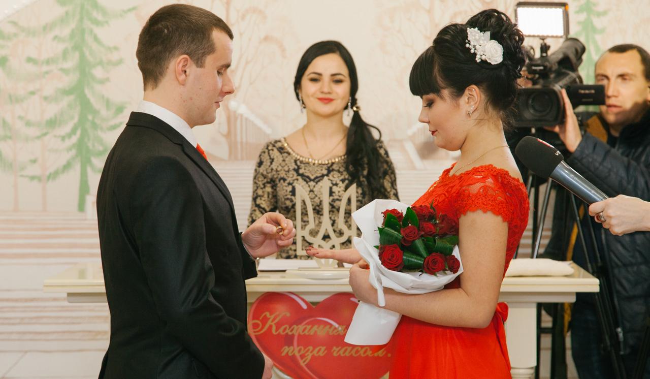 """""""Бо кращого дня не знайти"""": як у Вінниці """"прозоро"""" одружувалися у День всіх закоханих"""
