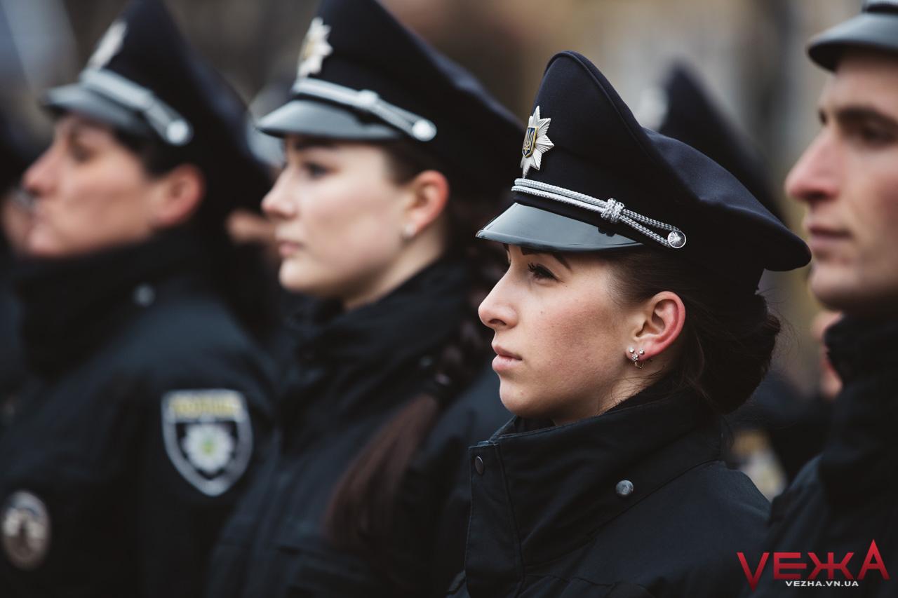 Півсотні нових патрульних поліцейських склали присягу біля вінницької Вежі Артинова. ФОТОРЕПОРТАЖ