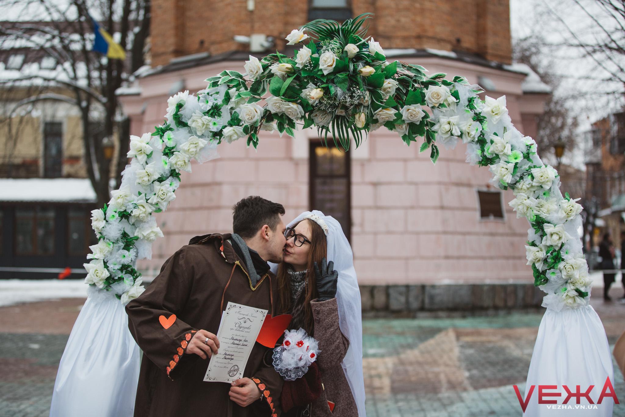 Біля вінницької Вежі на один день одружилися Святий Валентин і ще 20 пар вінничан. ФОТОРЕПОРТАЖ