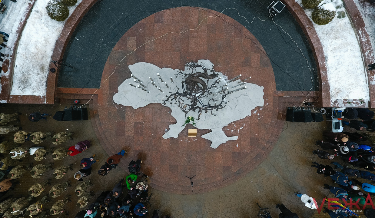 Сім'ї загиблих майданівців відкрили у Вінниці меморіал на честь Небесної сотні. ФОТОРЕПОРТАЖ