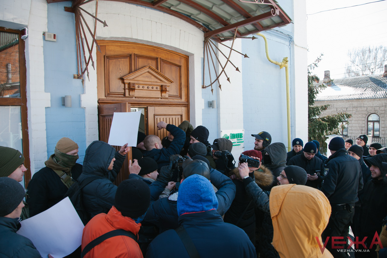 """У Вінниці """"праві"""" заблокували проведення ЛГБТ-заходу. ФОТОРЕПОРТАЖ"""