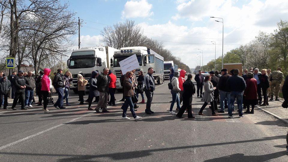 Під Вінницею активісти декілька годин перекривають трасу через земельні питання