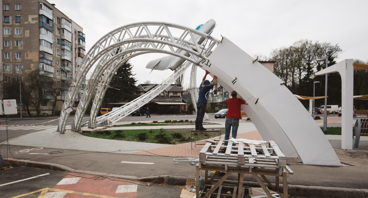 Постамент літака на площі Могилка почали обшивати склопластиком. ФОТОРЕПОРТАЖ