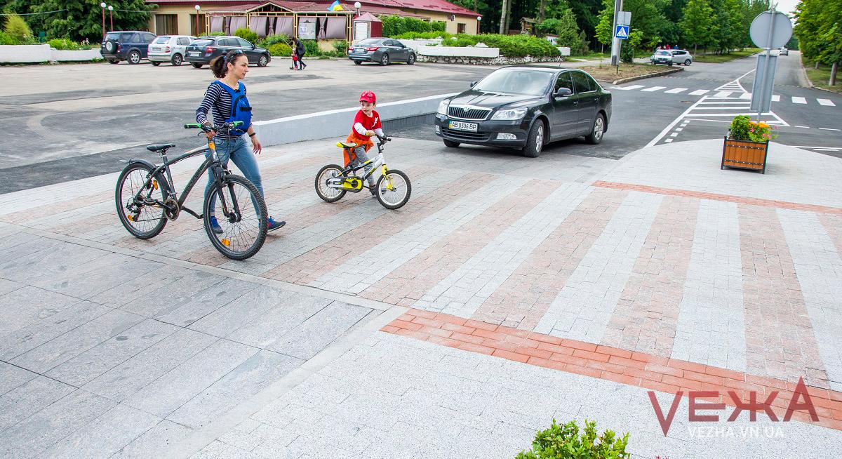 У Вінниці влаштували безпечний перехід, який має сподобатись і пішоходам, і водіям. ФОТО