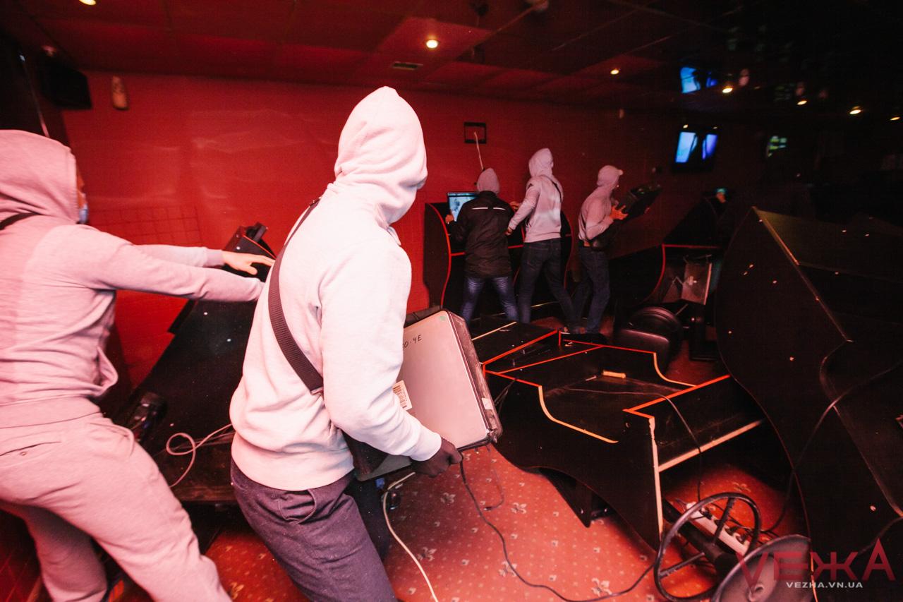У Вінниці група молоді розгромила чергову залу гральних автоматів. ФОТО, ВІДЕО