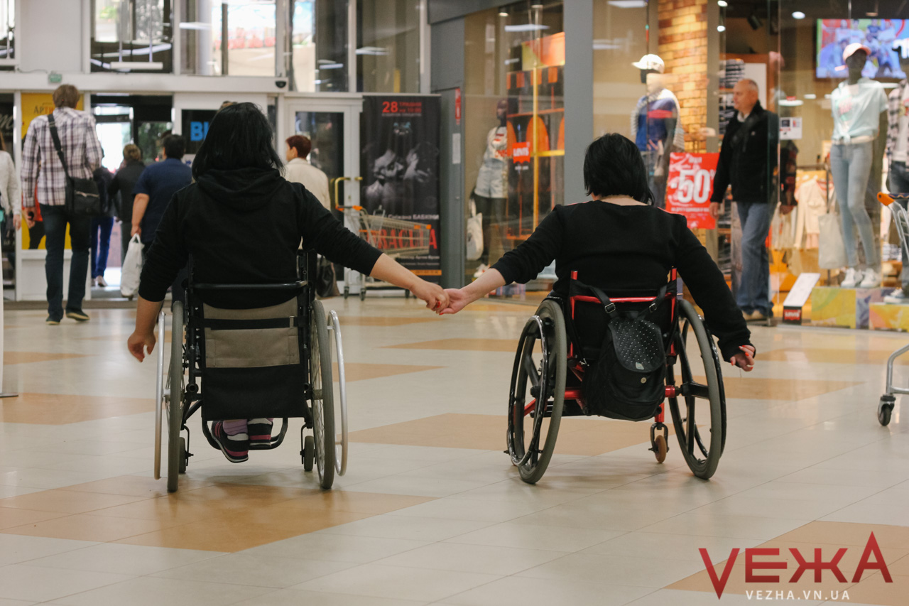 Відчути себе незрячим: вінницькі студенти перевірили місто на доступність для людей з інвалідністю. ФОТОРЕПОРТАЖ