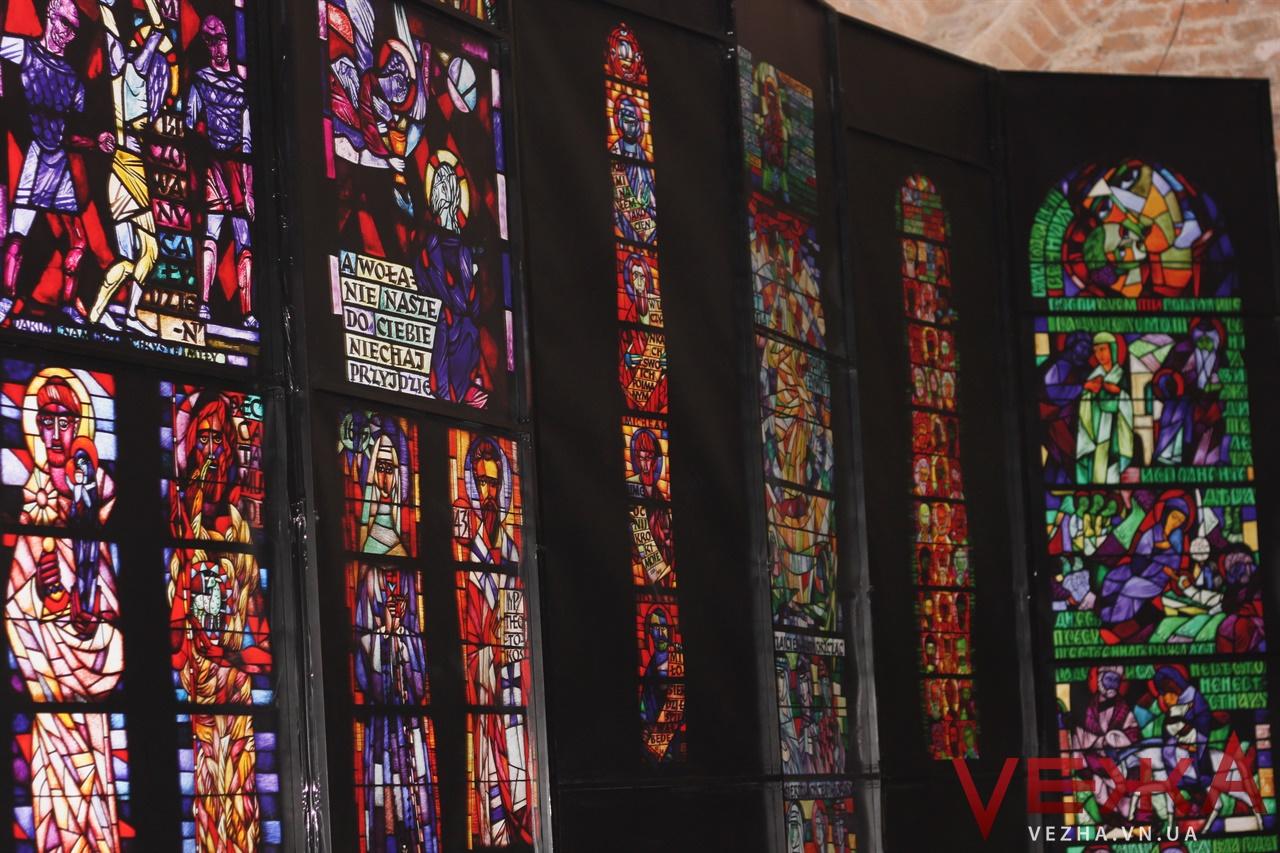 """""""Сотворіння світла"""": у підземеллі вінницького монастиря капуцинів презентували виставку вітражів. ФОТО"""