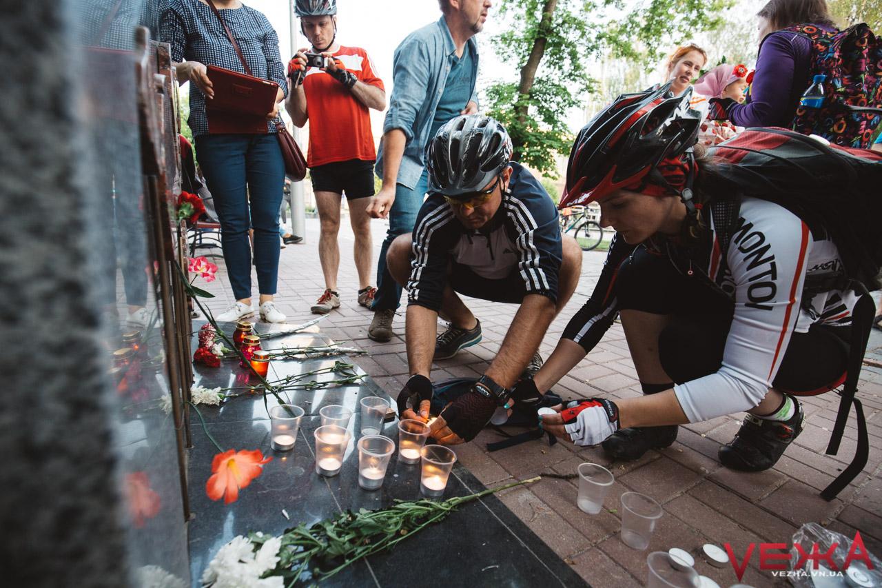 """""""Люди, які пройшли війну, ніколи не хворіли """"побєдобєсієм"""": вінницькі велосипедисти вшанували жертв Другої світової. ФОТО"""