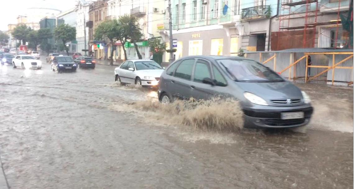 Злива з градом у Вінниці перетворила вулиці на ріки. ФОТО, ВІДЕО