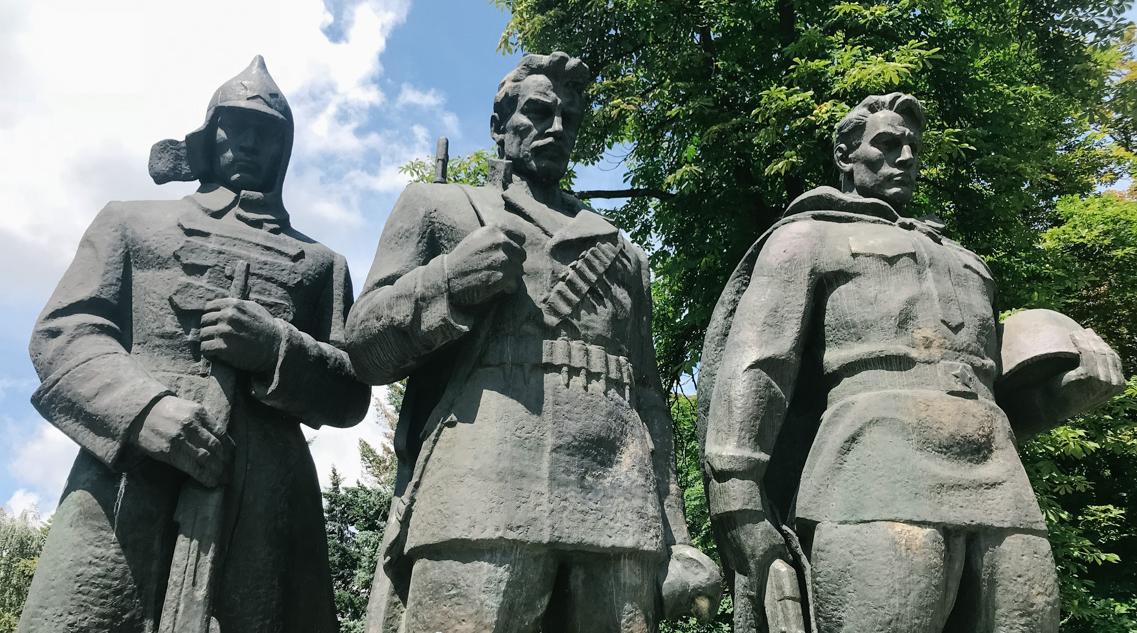 """""""Досі шануємо героїв імперії""""? У Вінниці з'явилася петиція про демонтаж Меморіалу Слави: як реагують історики та урбаністи"""