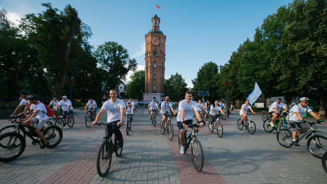 """""""Нас мало, але ми на велосипедах"""": у Вінниці влаштували велопробіг суддів. ФОТОРЕПОРТАЖ"""
