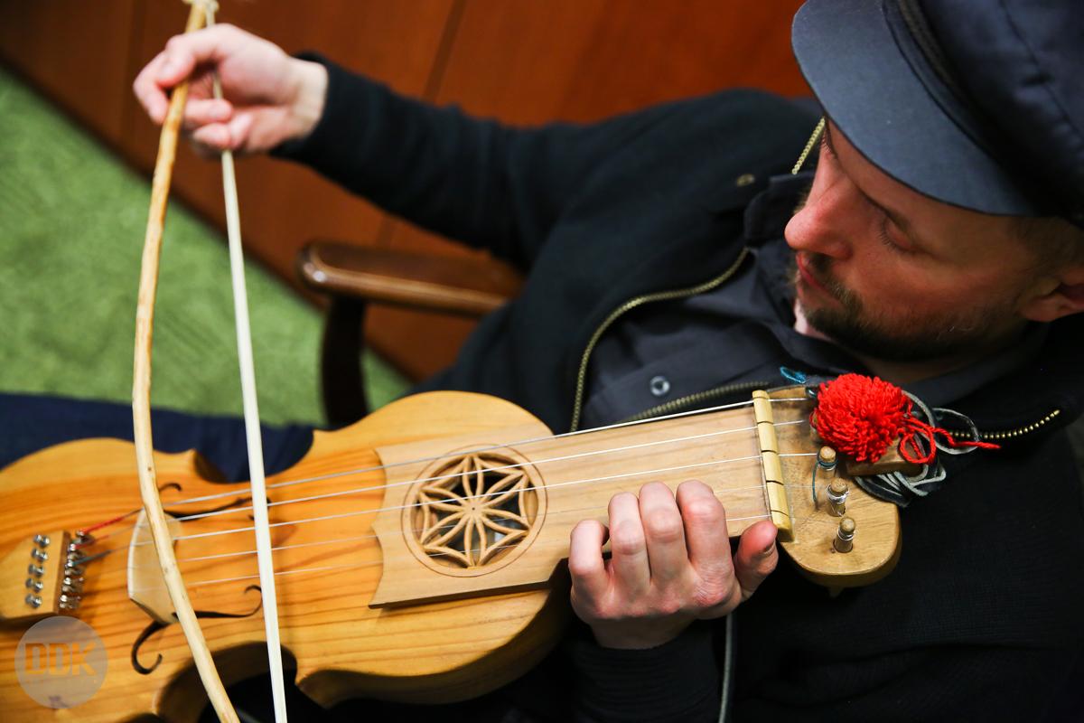 У Вінниці заграють на суці – унікальному музичному інструменті. ВІДЕО