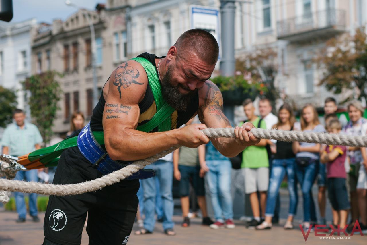 19 метрів за 19 секунд: у Вінниці встановили рекорд України з перетягування автобусів. ФОТОРЕПОРТАЖ