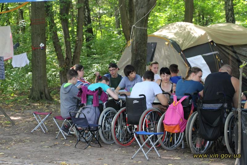 Неподалік Вінниці відкрили наметовий табір для людей з інвалідністю