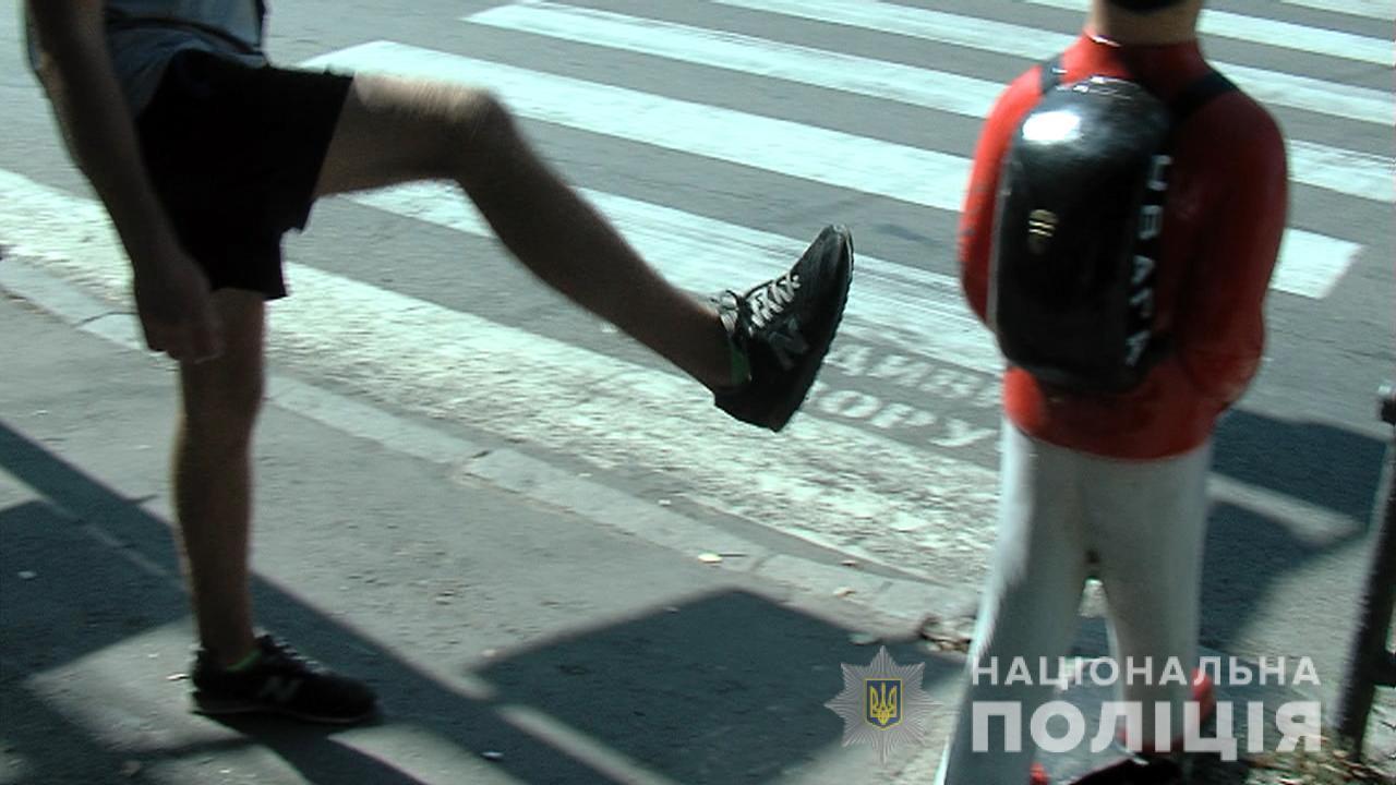 """У Вінниці спіймали хулігана, який пошкодив фігурку """"помаранчевого хлопчика"""""""