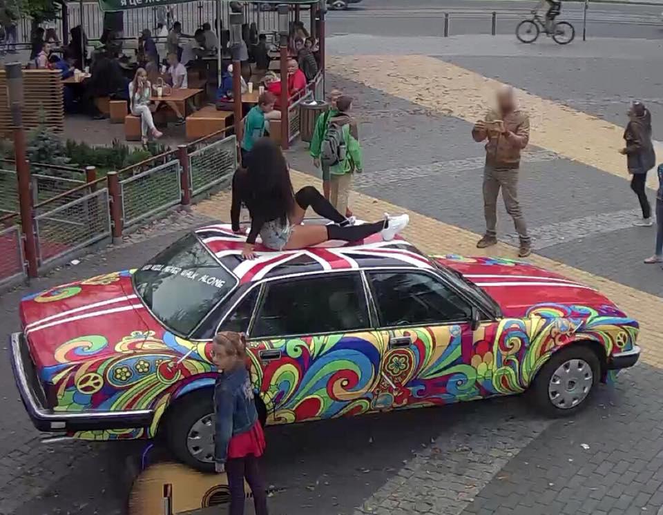 За фото на даху «Ягуара» на «Ліверпулі» вінничанку не штрафуватимуть. ФОТО, ВІДЕО