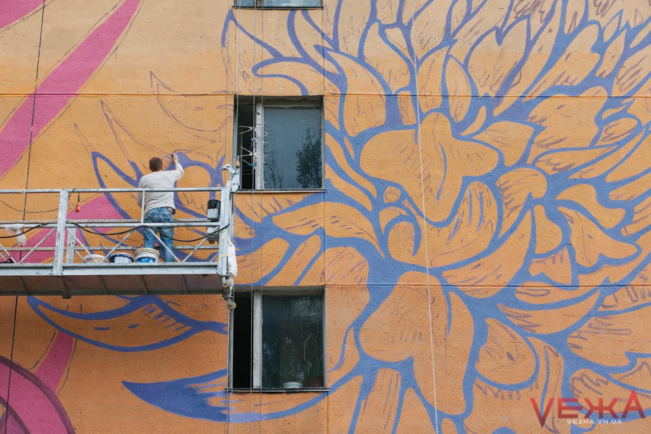 Подарунок до Дня Міста: вінницькі художники малюють четвертий мурал «Фантастичний гербарій». ФОТО