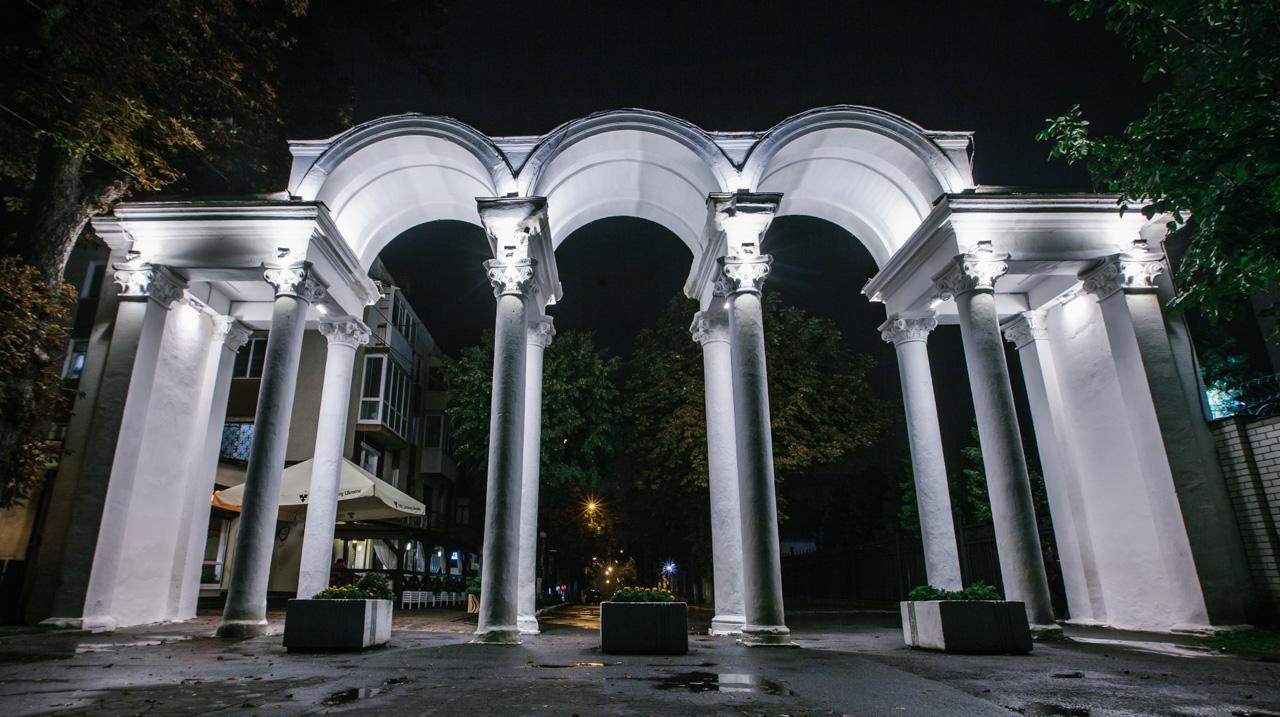 44 лампи: як виглядає оновлена арка Центрального парку з нічною ілюмінацією. ФОТО