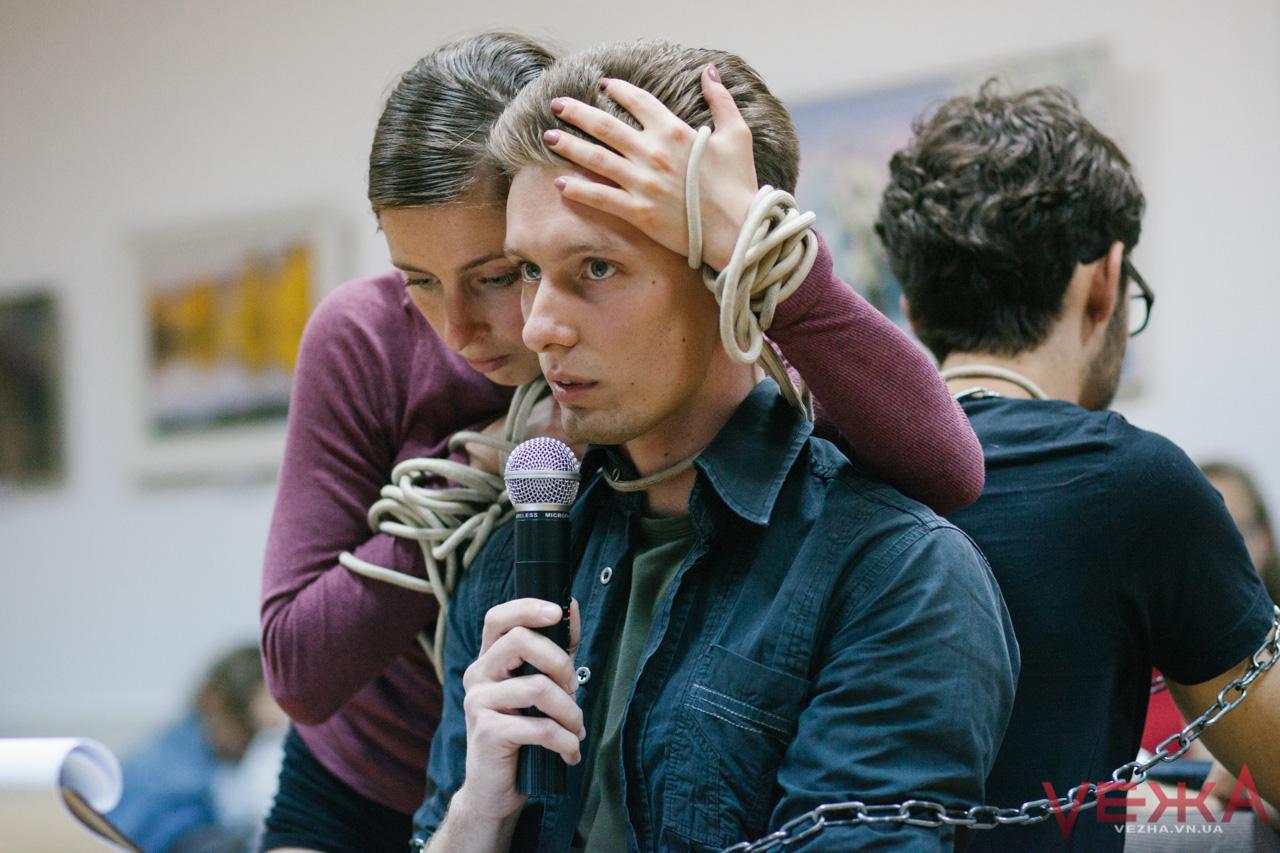 Коцюбинський і Камю поєднані ланцюгами і мотузкою: у Вінниці вперше відбувся перформанс-дискусія