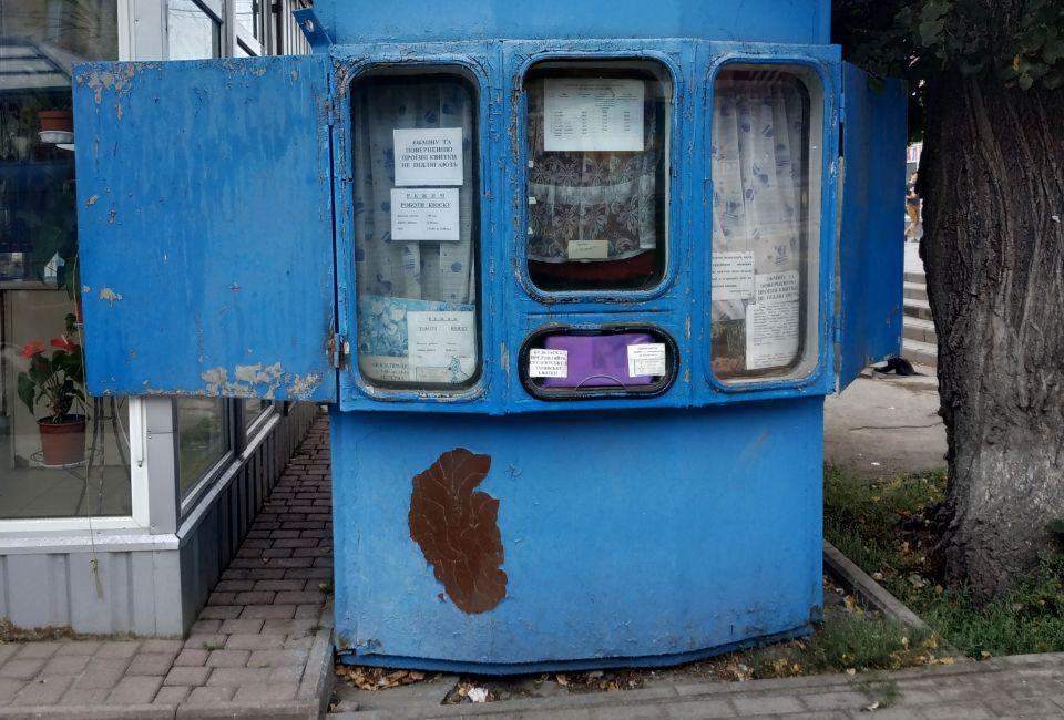 «Доводиться згинатись удвічі»: у Вінниці просять оновити кіоски з продажу проїзних квитків. ФОТО