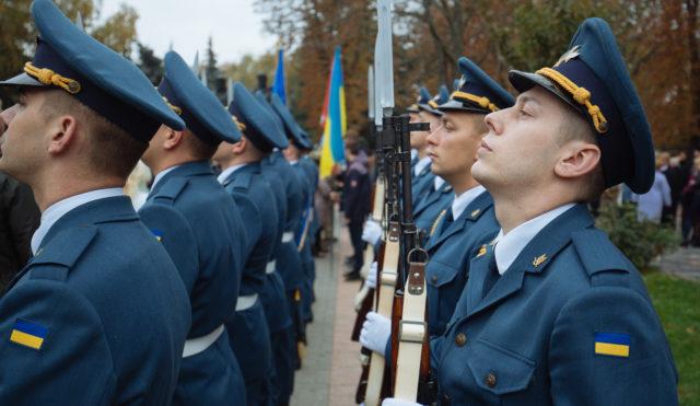 Зранку в центрі Вінниці масово вшанували захисників України. ФОТОРЕПОРТАЖ