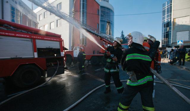 Вірогідно коротке замикання: у Вінниці чекають висновку експертів щодо пожежі в центрі міста. ФОТО